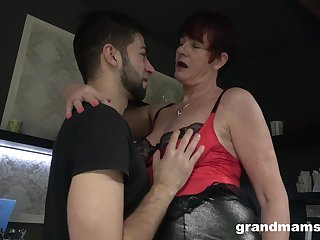 Chunky wrinkled old bitch spreads plump hands to be fucked missionary hard