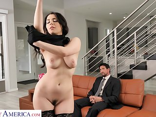 Valentina Nappi seduces the driver and fucks him to hand home